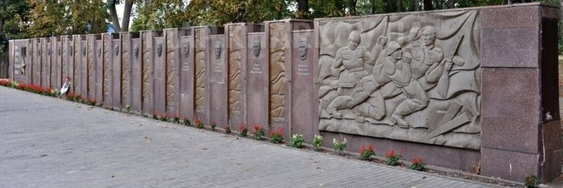 г. Змиев. Стела Героев Советского Союза