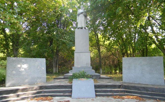 с. Редкодуб  Валковского р-на. Памятник установлен на братской могиле, в которой похоронено 95 воинов, погибших в боях за село