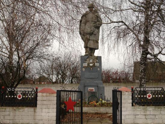 с. Малая Рогозянка Золочевского р-на. Памятник на братской могиле, в которой похоронено 34 советских воинов. На мемориальных плитах увековечено 107 имен земляков, погибших на войне.