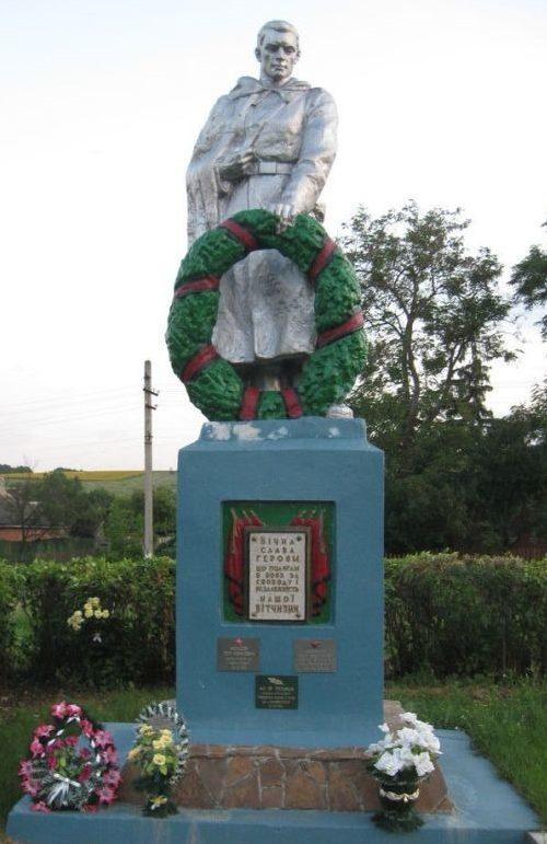 с. Рубежное Волчанского р-на. Памятник у братской могилы
