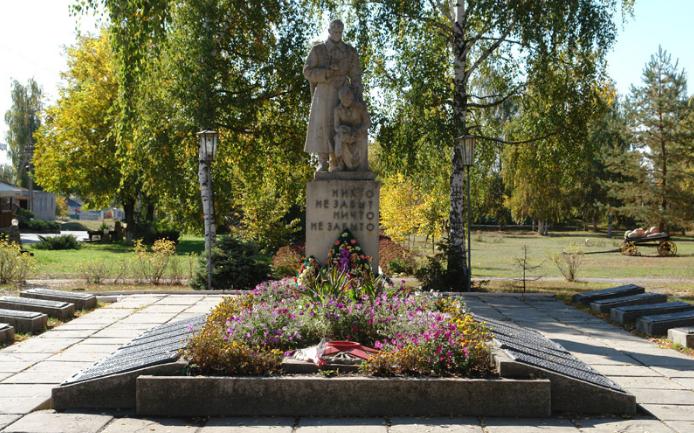 п. Пересечная Дергачевского р-на. Общий вид братской могилы