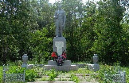 с. Риздвяное Валковского р-на. Памятник возле школы, установлен на братской могиле, в которой похоронено 104 воинов, в т.ч. 89 неизвестных, погибших в боях за село.