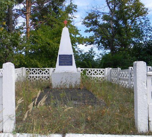 п. Пересечная Дергачевского р-на. Братская могила неизвестных воинов, погибших в боях за поселок