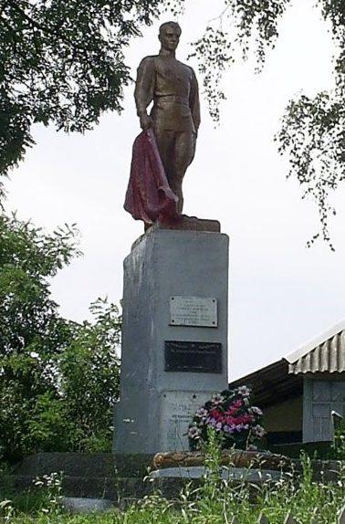с. Старица Волчанского р-на. Памятник в центре села, установлен на братской могиле, в которой похоронен 151 воин, погибший в боях за село. Здесь же находится памятный знак погибшим односельчанам