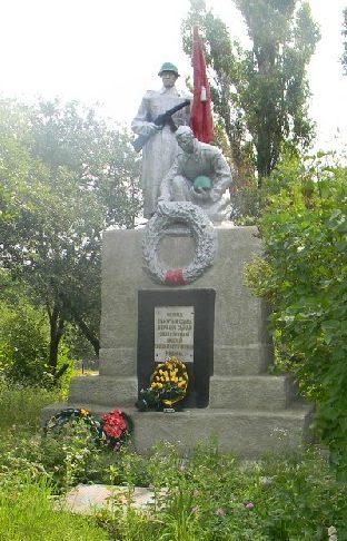 п. Питомник Дергачевского р-на. Памятник, установлен на братской могиле, в которой похоронено 22 воина, погибших в боях за Харьков