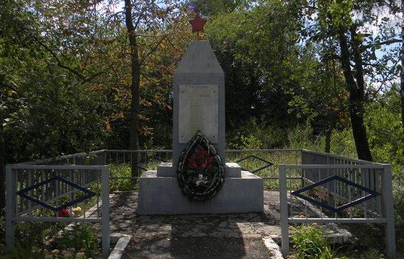 с. Орешанка Золочевского р-на. Памятный знак 22 погибшим землякам