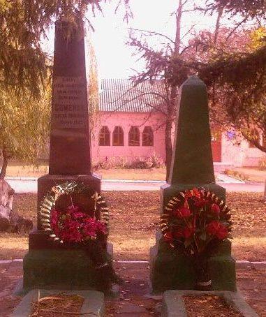 п. Старый Салтов Волчанского р-на. Братская могила, в которой похоронено 424 воина и могила гвардии полковника Семенова С. И.