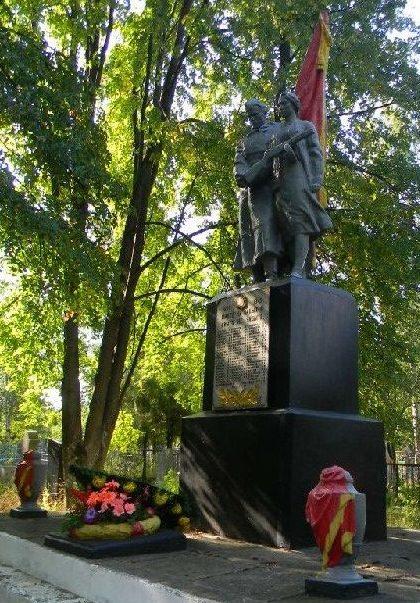 п. Старый Салтов Волчанского р-на. Памятник на поселковом кладбище, где в братской могиле похоронено 63 воина, погибших при освобождении поселка