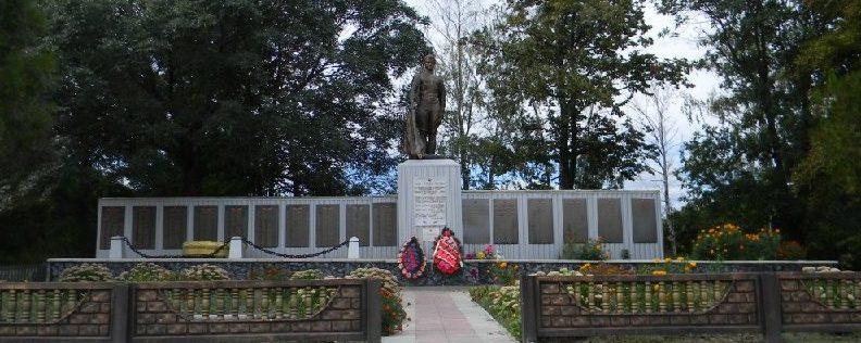 п. Полевая Дергачевского р-на. Памятник в центре поселка, установлен на братской могиле, в которой похоронено 266 воинов, погибших при освобождении поселка. Здесь же, на стеле, размещены мемориальные доски с именами погибших земляков.