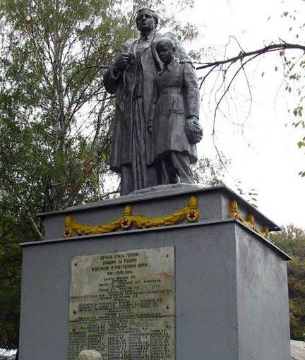 с. Коропово Змиевского р-на. Памятник установлен в центре села на братской могиле, в которой похоронено 139 советских воинов