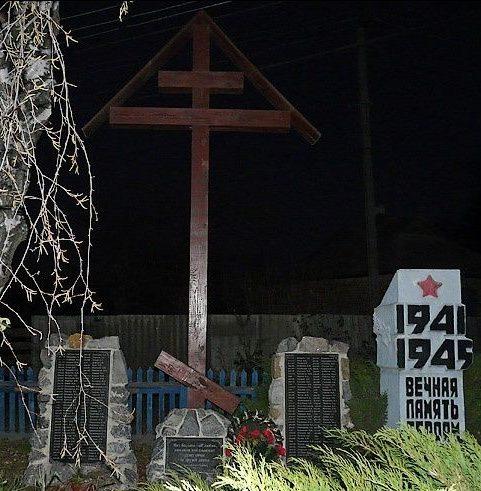 с. Коропово Змиевского р-на. Памятный знак на окраине села, установлен на братской могиле, в которой похоронено 184 воина, погибших в боях за село