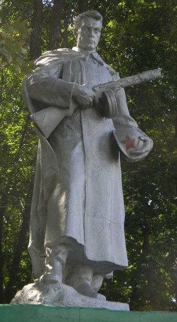 с. Светличное Золочевского р-на. Памятник на братской могиле, в которой похоронено 37 воинов, погибших при освобождении села