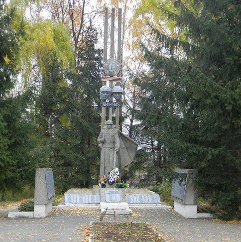 с. Шаровка Валковского р-на. Общий вид братской могилы