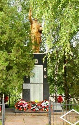 с. Хотомля Волчанского р-на. Памятник установлен на братской могиле, в которой похоронено 550 советских воинов
