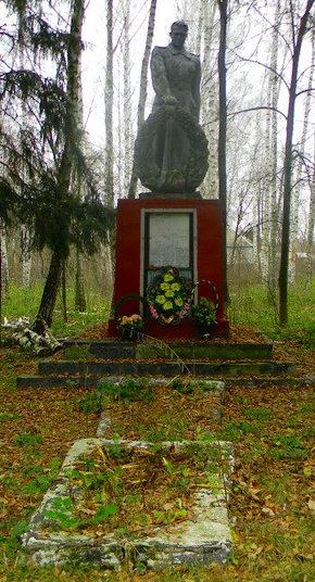 п. Лесное Змиевского р-на. Памятник на околице села, установлен на братской могиле, в которой похоронено 75 воинов