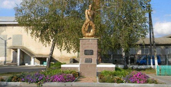 с. Лиман Змиевского р-на. Памятник в центре села установлен на братской могиле, в которой похоронено 156 воинов, погибших при освобождении села