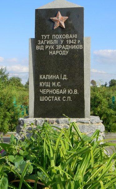 с. Лиман Змиевского р-на. Памятник на братской могиле мирных жителей.