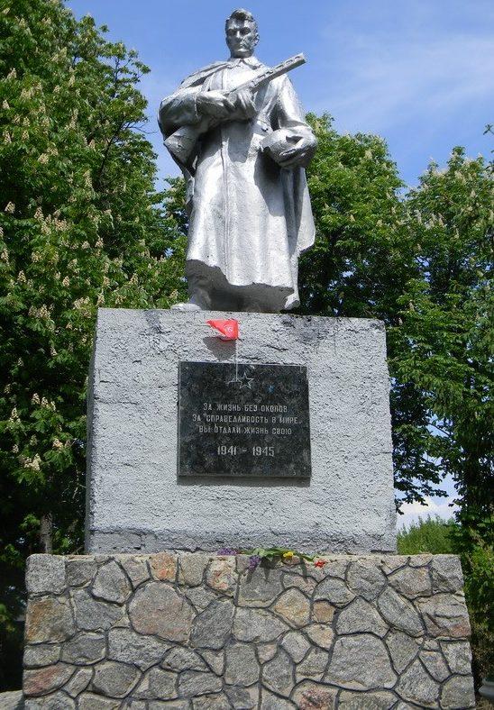 с. Феськи Золочевского р-на. Памятник, установленный на братской могиле, в которой похоронено 82 воина.