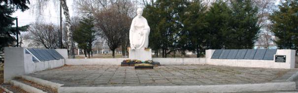п. Слатино Дергачевского р-на. Памятник возле железнодорожной станции, установлен на братской могиле, в которой похоронено 239 воинов, погибших в боях за поселок. На стелах, размещенных вокруг памятника, нанесены имена погибших земляков.