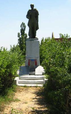 с. Бузовое Волчанского р-на. Памятник установлен на братской могиле, в которой похоронено 29 воинов
