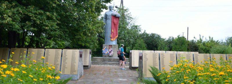 с. Еремовка Изюмского р-на. Памятник установлен на братской могиле, в которой похоронено 1344 воина
