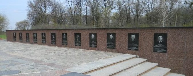 Стелы с именами и портретами Гвардейцев-широнинцев