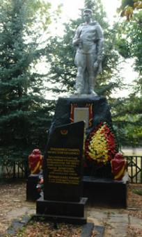 п. Грачевка Великобурлукского р-на. Памятник и обелиск на братской могиле, в которой похоронено 82 воина, в т.ч. 60 неизвестных