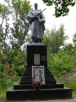 п. Слатино Дергачевского р-на. Памятник установлен на братской могиле, в которой похоронено 125 воинов и партизан, погибших в боях за поселок. Здесь же находится мемориальная доска юным партизанам, погибшим в декабре 1941 года.
