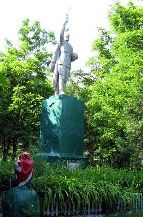 с. Юрченково Волчанского р-на. Памятник установлен на братской могиле, в которой похоронено 29 советских воинов