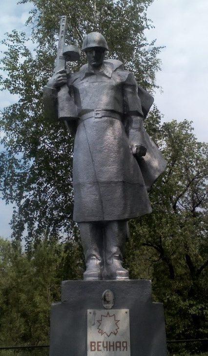 с. Островерховка Змиевского р-на. Памятник установлен на братской могиле, в которой похоронено 262 воина и 10 партизан, в т.ч. 101 неизвестный воин
