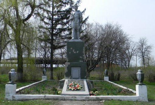 с. Пасеки Змиевского р-на. Памятник на околице села, установлен на братской могиле, в которой похоронено 377 советских воинов
