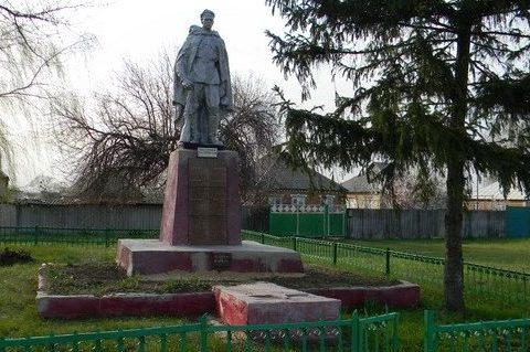 с. Пролетарское Змиевского р-на. Памятник в центре села, установлен на братской могиле, в которых похоронено 294 воина