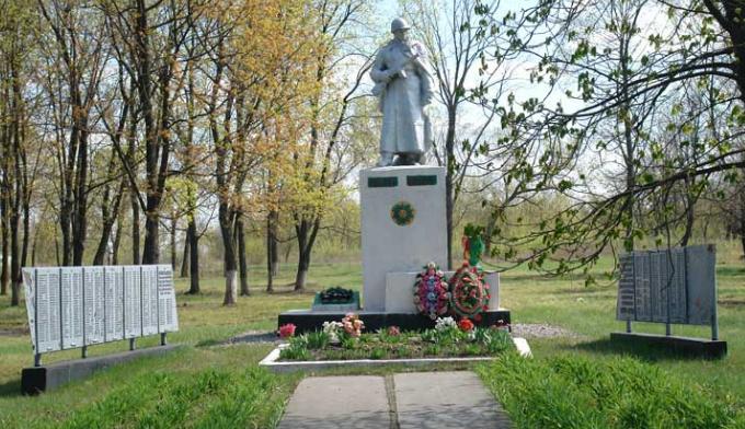 с. Скрипаи Змиевского р-на. Памятник установлен на братской могиле, в которой похоронено 392 воина. Отдельно установлены мемориальные щиты с именами земляков, не вернувшихся с войны