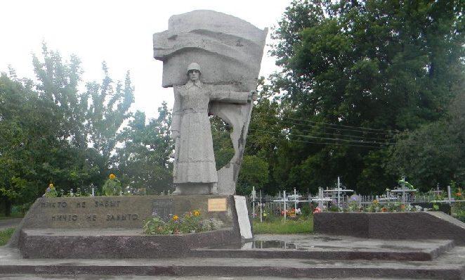 г. Дергачи. Памятник на братской могиле, в которой похоронено 43 воина, погибших при освобождении города. Здесь же установлен и памятный знак погибшим 12 землякам