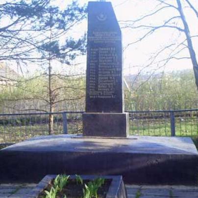 п. Григоровка Великобурлукского р-на. Обелиск при въезде в село, установлен на братской могиле, в которой похоронено 18 воинов