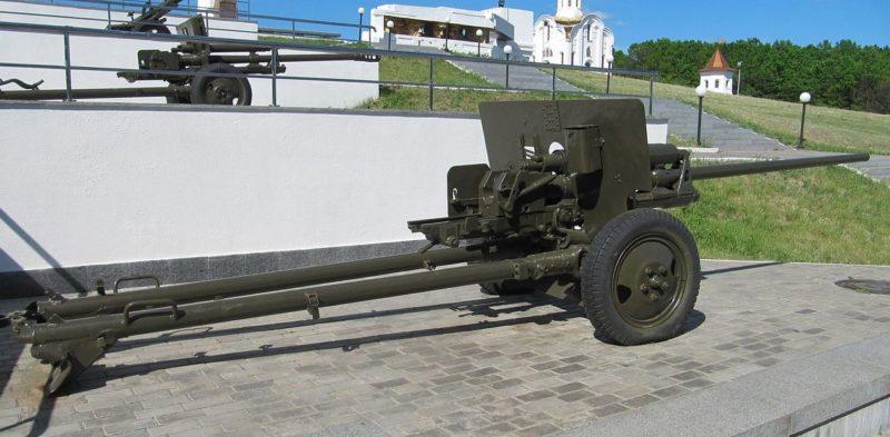 Фрагмент мемориала - противотанковая 57-мм пушка ЗиС-2