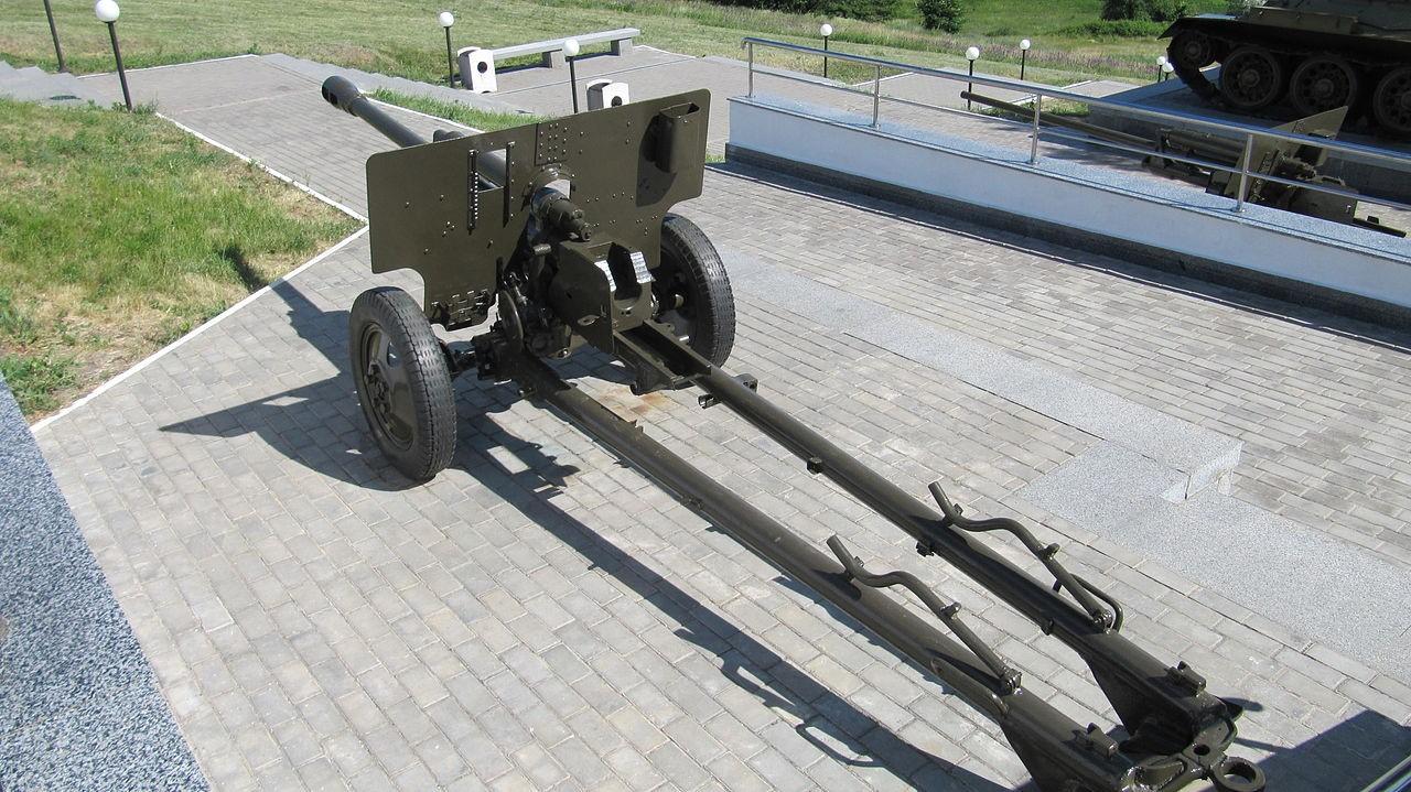 Фрагмент мемориала - 76-мм пушка ЗиС-3