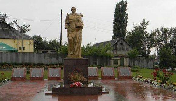 п. Солоницевка Дергачёвского р-на. Памятник, установленный на братской могиле, в которой захоронено 160 воинов, погибших при освобождении поселка