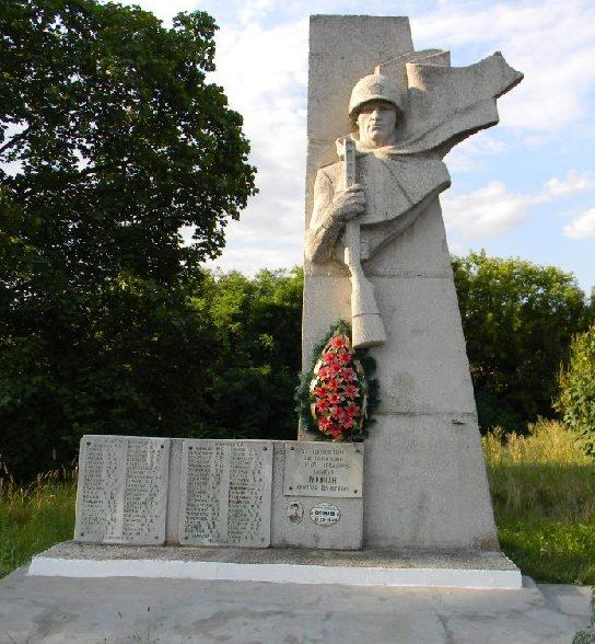 п. Солоницевка Дергачёвского р-на. Памятник на окраине поселка установлен на братской могиле, в которой похоронено 90 воинов, погибших при освобождении поселка