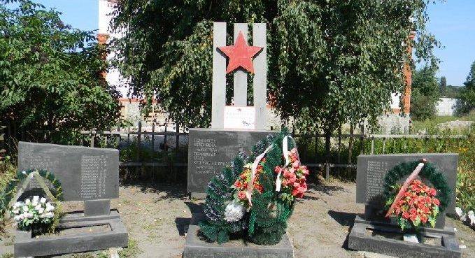 с. Цуповка Дергачёвского р-на. Стела во дворе школы, установлена на братской могиле, в которой похоронено 10 воинов, погибших при освобождении села. Здесь же на двух мемориальных досках увековечены имена 65 односельчан, не вернувшихся с войны.