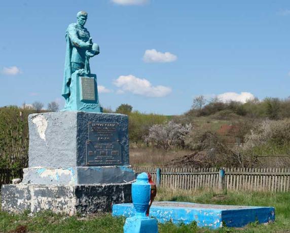 с. Сухая Гомольша Змиевского р-на. Памятник установлен у братской могилы, в которой похоронено 203 воина и партизанка Листопад К.Д.