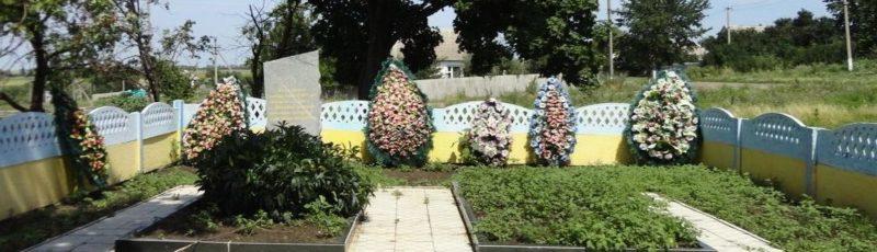 с. Гогино Великобурлукского р-на. Обелиск на братской могиле, в которой похоронено 360 воинов, погибших в боях за Приколотное. Сюда также перенесены останки погибших в урочище Волково.