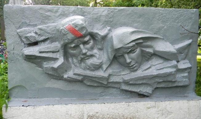 Барельефы на братской могиле