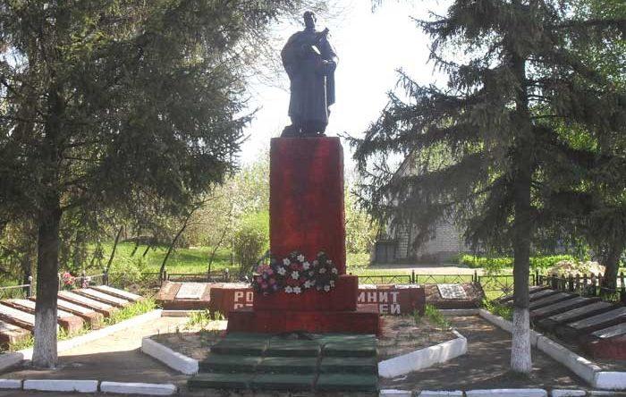 с. Заводы Изюмского р-на. Памятник установлен на братской могиле, в которой похоронено 955 воинов, погибших в боях за село. Их имена увековечены на мемориальных плитах возле памятника