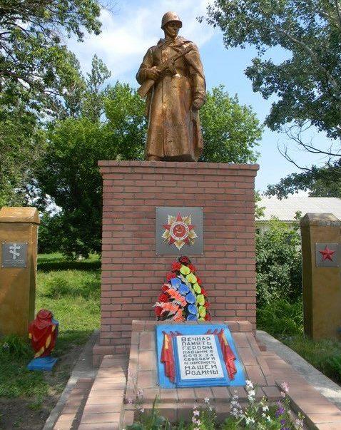 с. Власовка Кегичёвского р-на. Памятник установлен на братской могиле, в которой похоронено 784 воина. Здесь же находится памятный знак погибшим землякам