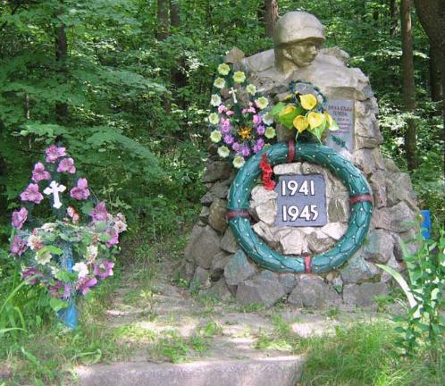 с. Варваровка Волчанского р-на. Памятник на братской могиле, в которой похоронено 850 воинов, погибших при освобождении села