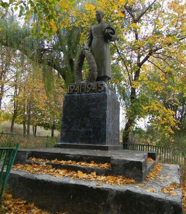 с. Тарановка Змиевского р-на. Памятник по переулку Островского, установлен на братской могиле, в которой похоронено 634 воинов, партизан и казненных мирных жителей