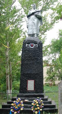 с. Катериновка Великобурлукского р-на. Памятник в центре села, установлен на братской могиле, в которой похоронено 37 воинов