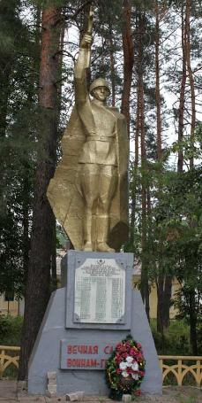 с. Верхняя Писаревка Волчанского р-на. Памятник на братской могиле, в которой похоронен 81 воин
