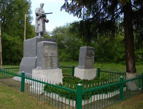 с. Гуриновка Золочевского р-на. Памятник установлен на братской могиле, в которой похоронено 22 воина. Около памятника установлен памятный знак односельчанам, не вернувшимся с войны